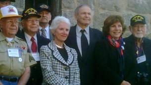 Eva Clarke, Mark Olsky et Hana Berer Moran avec les vétérans des forces américaines qui ont libéré le camp de Mauthausen, à une cérémonie du souvenir en 2010. (Crédit : courtoisie)
