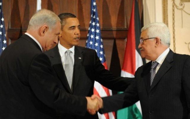 De gauche à droite : le Premier ministre Benjamin Netanyahu, le président américain Barack Obama et le président de l'Autorité palestinienne Mahmoud Abbas lors d'une réunion trilatérale à New York, le 22 septembre 2009 (Crédit : Avi Ohayon/GPO/Flash90)