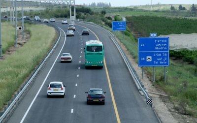 Photo d'un péage de la Route 6, aussi connu comme l'autoroute Trans-Israël, le 30 mars 2008 (Crédit : Moshe Shai / Flash90)