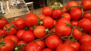 Des tomates à vendre au marché Mahane Yehuda à Jérusalem, en septembre 2012 (Crédit : Oren Nahshon / Flash90)