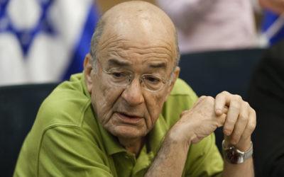 L'ancien parlementaire de gauche Yossi Sarid à une réunion du comité des affaires étrangères et de la défense au parlement israélien pendant une session sur le 40ème anniversaire de la guerre du Kippour, le 15 Octobre 2013.(Crédit : photo par Flash 90)