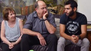 Le ministre de la Défense d'alors,  Moshe Yaalon, rend visite à la famille d'Oron Shaul, de la brigade Golani, dans le village de Poria, le 10 août 2014. (Crédit : Ariel Hermoni/ministère de la Défense/Flash90)
