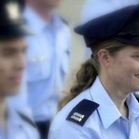 Tamar Ariel pendant la cérémonie de diplômes de l'école de pilote de l'armée de l'Air israélienne, le 27 décembre,2012 (Crédit : Edi Israël / Flash90)
