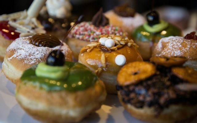 Quelques unes des options délicieuses de Roladin, qui propose des ateliers de beignets à son centre d'accueil de Kadima pendant Hanoukka (Crédit : Hadas Parush/Flash 90)