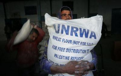 Les Palestiniens recevant leur aide alimentaire mensuelle dans un centre de distribution des Nations unies dans le camp de réfugiés de Rafah, dans le sud de la bande de Gaza, le 8 février 2015 (Crédit : Abed Rahim Khatib / Flash90)