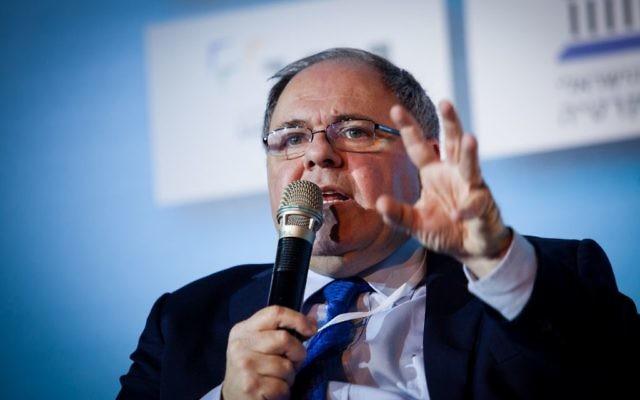 Dani Dayan participe à un panel de discussion à la Conférence sur la démocratie d'Israël à Tel-Aviv, le 17 février 2015 (Crédit : Amir Levy / Flash90)