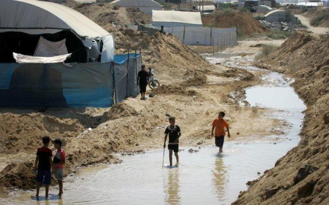 Des Palestiniens examinent les dommages après que les forces égyptiennes ont inondé un tunnel transfrontalier à Rafah dans le sud de la bande de Gaza, le 18 septembre 2015. (Crédit : Abed Rahim Khatib/Flash90)