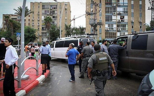 Les forces de sécurité devant un immeuble à Kiryat Gat dans lequel un Palestinien qui a poignardé un soldat de Tsahal et a pris son arme, se cachait après une attaque menée le 7 octobre 2015 (Crédit photo: Flash90)