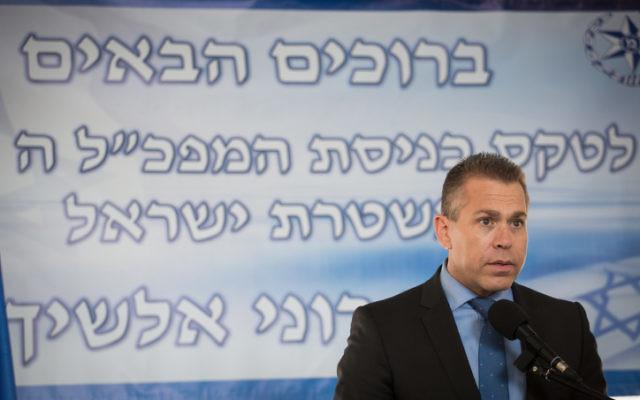 Le ministre de la Sécurité publique, Gilad Erdan, à l'inauguration du chef de la police d'Israël Roni Alsheich le 3 décembre 2015 (Crédit : Hadas Parush / Flash90)