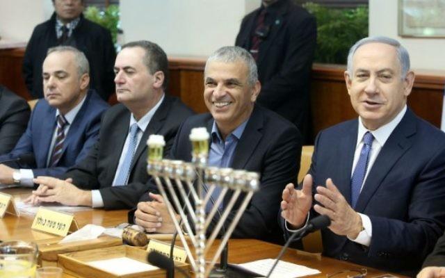 Le Premier ministre israélien Benjamin Netanyahu a mené la réunion hebdomadaire du gouvernement à côté d'un candélabre de Hanoucca marquant la première nuit de la fête juive de huit jours, à Jérusalem, le 6 décembre, 2015. (Marc Israël Sellem / Pool / Flash90)