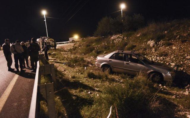 La voiture, cible d'une fusillade terroriste près de l'implantation de Cisjordanie Avnei Hefez, 9 décembre 2015 (Crédit : Gili Yaari/Flash90)