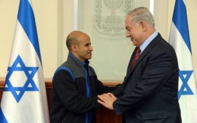 Le Premier ministre Benjamin Netanyahu (à droite) avec Ouda Tarabin, un citoyen israélien emprisonné pendant 15 ans en Egypte pour des accusations d'espionnage et qui a été libéré de prison le 10 décembre 2015. (Crédit : Haim Zach / GPO)