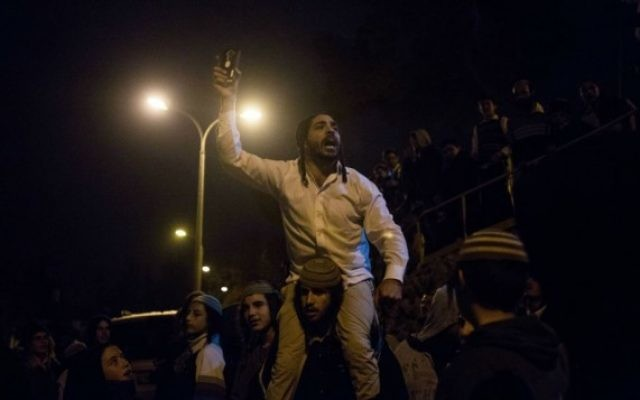 Un militant d'extrême-droite crie des slogans contre la détention de suspects terroristes juifs lors d'une manifestation près de la maison du chef du Shin Bet, Yoram Cohen à Jérusalem, le 19 décembre 2015. (Yonatan Sindel / Flash90)