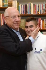 Le président Reuven Rivlin, à gauche, avec Naor Shalev Ben-Ezra, 13 ans, au cours d'une cérémonie spéciale de bat mitzvah à la résidence du président, à Jérusalem, le 21 décembre 2015 (Crédit : Mark Neiman / GPO)