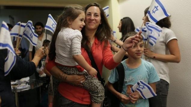 Des immigrants juifs de France arrivent à Tel Aviv, le 28 juillet 2015. (Crédit : Zed Films)