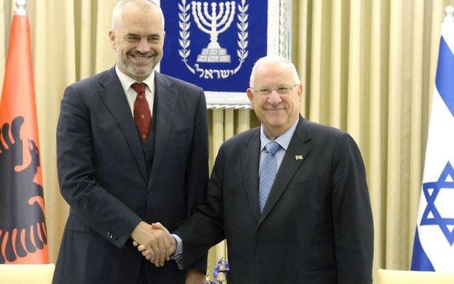 Le Premier ministre albanais, Edi Rama (à gauche) et le président Reuven Rivlin le 21 décembre 2015 à Jérusalem (Crédit : Mark Neyman GPO)