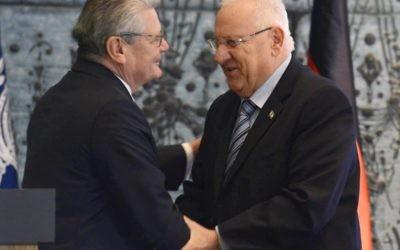 Le président Reuven RIvlin et le président allemand Joachim Gauck (Crédit : Mark Neyman/GPO)