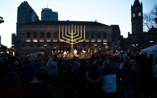 Le gouverneur du Massachusetts Charlie Baker et d'autres dirigeants participent à la cérémonie de Hanoukka conduite par le habad à Copley Square de Boston, le 6 décembre 2015 (Elan Kawesch / The Times of Israel)