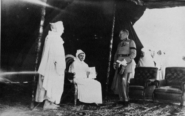 Roi Mohammed V et le Général Huré en 1932 (Crédit : Wikipédia)