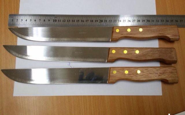 Trois couteaux trouvés sur trois suspects palestiniens détenus à Afula mercredi soir, le 9 décembre 2015. Les trois sont des résidents de Jénine séjournant illégalement en Israël (Crédit : Police israélienne)