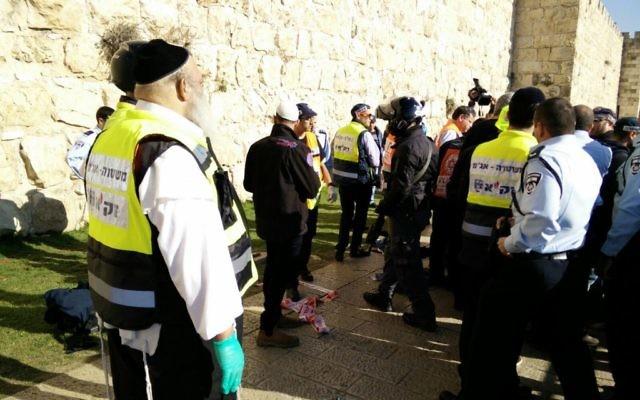 Scène de l'attaque au couteau dans la Vieille Ville de Jérusalem, le 23 décembre 2015 (Crédit : ZAKA)