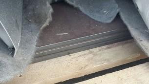 Des plaque de blindage découvert par le ministère de la Défense dans une cargaison de pièces de voiture en chemin vers la bande de Gaza par le terminal de Kerem Shalom le 29 décembre 2015 (Crédit : Ministère de la Défense/ Autorité des Postes frontaliers)