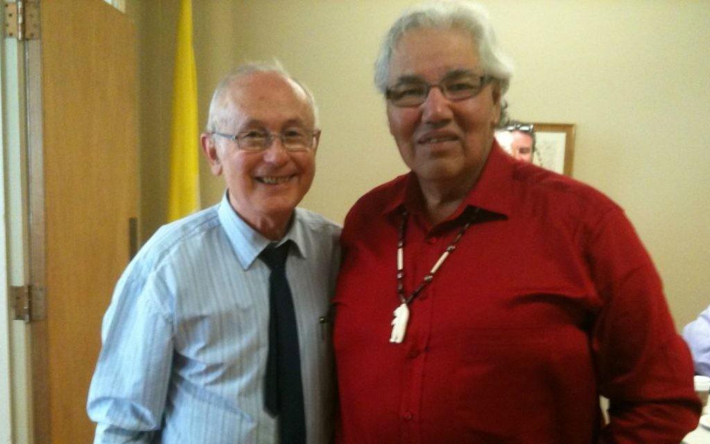 Le survivant de l'Holocauste Robbie Waisman (à gauche) avec le chef du Truth and Reconciliation Commission of Canada (TRC), le  juge Murray Sinclair. (Crédit : Autorisation)