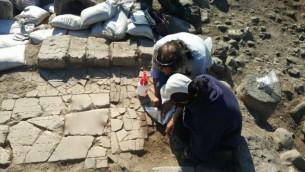 Les archéologues déterrent une plaque de marbre portant une inscription en hébreu trouvée sur les rives de la mer de Galilée sur le site juif byzantin de Kursi. (Crédit : Université de Haïfa)