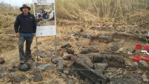 L'archéologue de l'Université de Haïfa Haim Cohen à Kursi, un site juif byzantin sur les rives de la mer de Galilée. (Crédit : Haim Cohen)