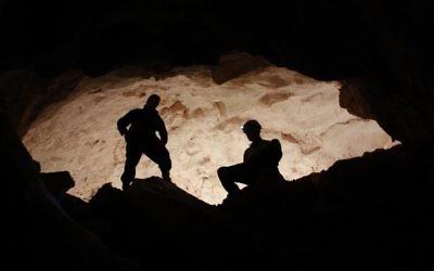 Des archéologues découvrent le premier objet en plomb utilisé au Moyen-Orient dans une grotte au sud de Beer-Sheva (Crédit : Boaz Langford et Micka Ullman)