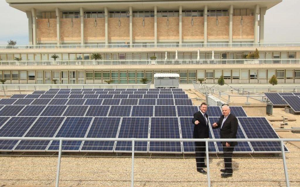 Yuli Edelstein, le président de la Knesset (à gauche) et le  directeur-général Ronen Flut, dans un champ solaire en dehors de la Knesset, le dimanche 29 mars 2015 (Crédit : Autorisation  Knesset)
