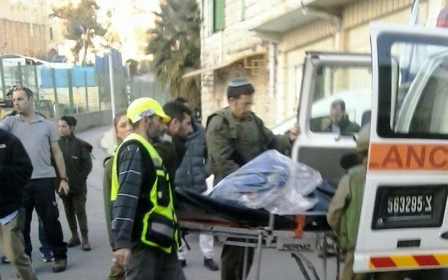 Les volontaires de Zaka sur les lieux d'une attaque au couteau près des Tombeaux des Patriarches à Hébron le 7 décembre 2015 (Crédit : Zaka)