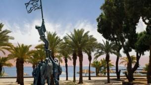 La sculpture d'encre du drapeau par Bernard Reder près du rivage de la mer Rouge dans le sud d'Israël. Elle commémore la prise d'Eilat en 1949 à la bataille finale de la Guerre d'Indépendance. (Crédit : Neta Litvin)