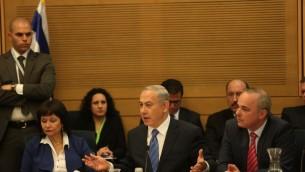 Benjamin Netanyahu, au centre, et Yuval Steinitz, à droite, devant la commission des Affaires économiques de la Knesset le 8 décembre 2015. (Crédit : porte-parole de la Knesset)