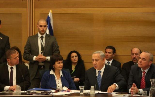 Le Premier ministre Benjamin Netanyahu défend l'accord controversé sur le gaz devant la commission des Affaires Economiques de la Knesset le 8 décembre 2015 (Crédit : porte-parole de la Knesset)
