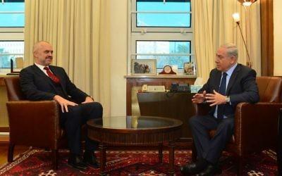 Le Premier ministre Netanyahu avec le Premier ministre albanais Edi Rama le 21 décembre 2015 à Jérusalem (Crédit : Kobi Gideon, GPO)