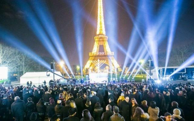 Des milliers de personnes participent à la cérémonie d'illumination de la menorah publique annuelle de Loubavitch au pied de la Tour Eiffel à Paris le dimanche 6 décembre, 2015, la première nuit de Hanoukka. (Crédit : chabad.org/Thierry Guez)