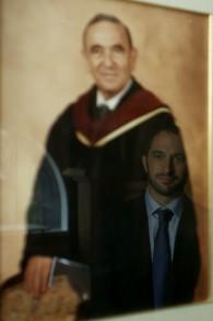 L'image du réalisateur Aaron Wolf se reflète dans la photo de son grand-père, le rabbin Alfred Wolf, à la synagogue du Wilshire Boulevard. (Crédit : Howling Wolf Productions)
