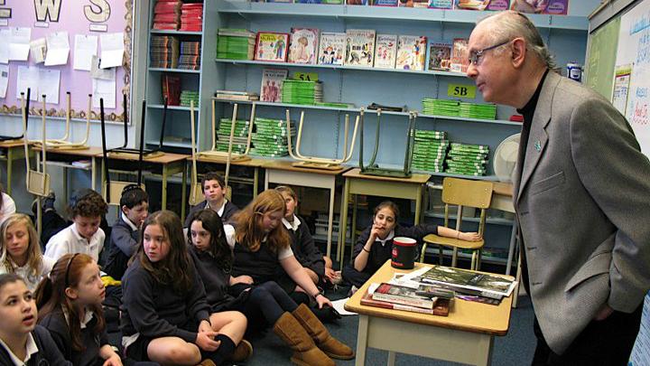 Robbie Waisman parlant à des étudiants à l'école Talmud Torah à Vancouver en 2008. (Crédit : Vancouver Holocaust Education Center)