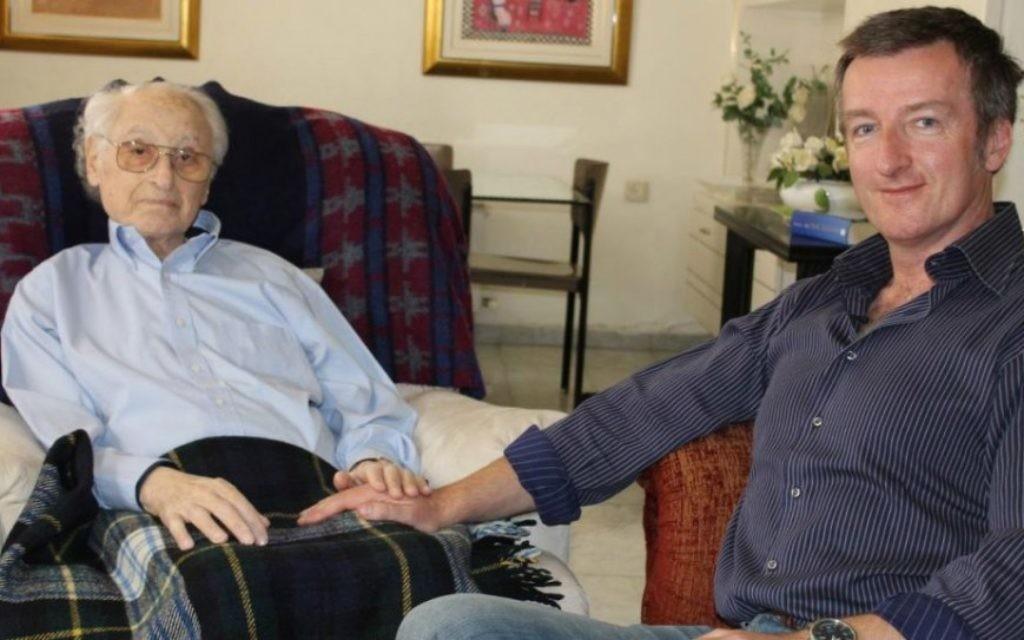 """Les co-auteurs de """"L'Ambassadeur"""": l'ancien diplomate Yehuda Avner (à droite) et l'écrivain Matt Rees dans l'appartement d'Avner à Jérusalem. (Crédit : autorisation)"""