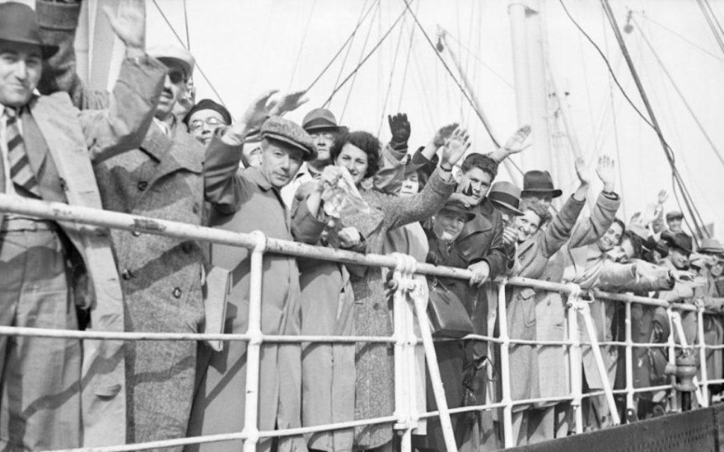 Réfugiés juifs à bord du paquebot allemand St. Louis, le 29 juin 1939. (Crédit : Planet News Archive/SSPL/Getty Images via JTA)