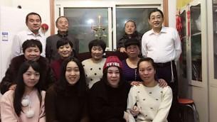 Des membres de la communauté juive chinoise de Kaifengle premier soir de Hanoukka,  6 décembre 2015. (Crédit : Shavei Israel)
