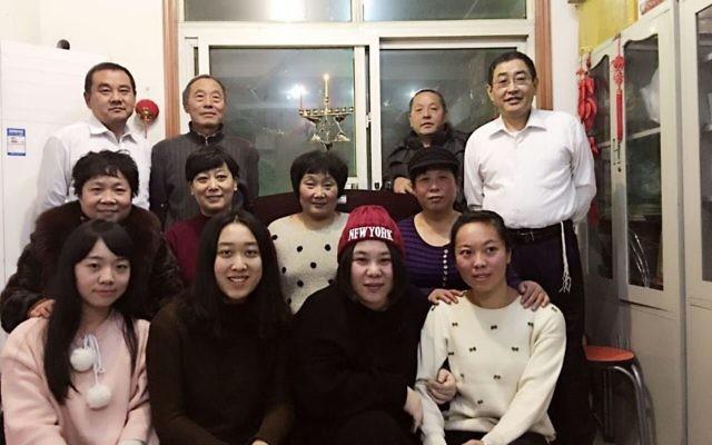 Des membres de la communauté juive chinoise de Kaifeng le premier soir de Hanoukka,  6 décembre 2015. (Crédit : Shavei Israel)