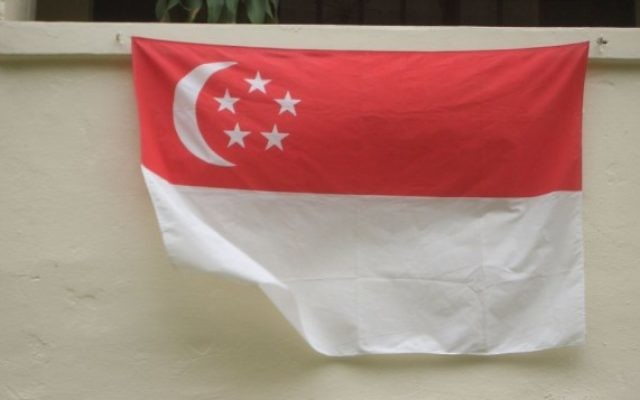 Photo illustrative d'un drapeau de Singapour (CC BY René Modery via Wikimedia Commons)
