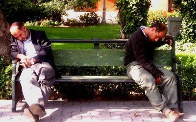 Hommes endormis sur un banc (Crédit : Wikimedia commons/CC BY SA 2.5)