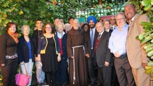 """Le rabbin Danny Rich, président du judaïsme libéral du Royaume-Uni (deuxième à partir de la droite) dans la soucca  """"Season of Sanctuary"""" à Redbridge, en octobre 2014 (Autorisation: Citizens UK)"""