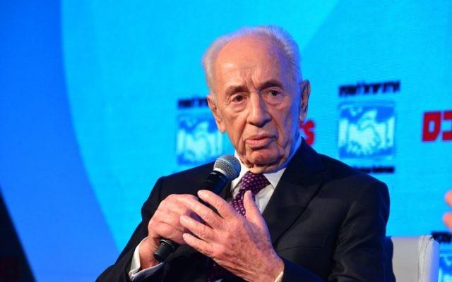 Shimon Peres lors d'une interview avec le correspondant de la CNN Richard Quest au Globes Business Conference (Crédit : Tamar Matzfi, Globes)