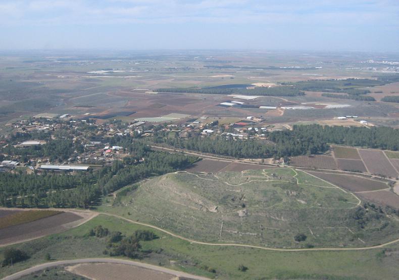 Une vue aérienne de Tel Lakish (Crédit : CC BY-SA אסף.צ, Wikimedia Commons)