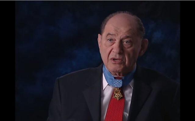 Le médaillé du Medal of Honor, Tibor Rubin, est l'objet d'un nouveau livre, 'une seule main' (Crédit : Capture d'écran YouTube)