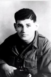 Tibor Rubin, à l'époque où il était un jeune soldat américain pendant la guerre de Corée. (Crédit : capture d'écran YouTube)